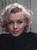 Portrait of Actress Marilyn Monroe on Patio of Her Home Premium-Fotodruck von Alfred Eisenstaedt