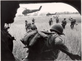 US Marines 163rd Helicopter Squadron Discharging South Vietnamese Troops for an Assault Reproduction photographique par Larry Burrows