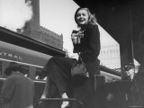 Actress Patricia Neal Sitting on Her Luggage on the Platform of a Train Station During a Stopover Lámina fotográfica prémium por Ed Clark