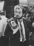 """Film Director Stanley Kubrick Holding Polaroid Camera During Filming of """"2001: A Space Odyssey"""" プレミアム写真プリント : ドミトリ・ケッセル"""