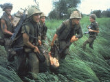 Marines Recovering Dead Comrade While under Fire During N. Vietnamese/Us Mil. Conflict Reproduction photographique Premium par Larry Burrows