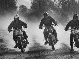 Actors Steve McQueen and Bud Ekins in 500 Mile Cross Country Race Across the Mojave Desert Premium fotografisk trykk av John Dominis