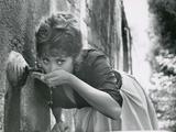 Actress Sophia Loren Drinking Water from Spigot During the Filming of Madame Sans Gene Impressão fotográfica premium por Alfred Eisenstaedt