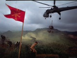 US 1st Air Cavalry Skycrane Helicopter Delivering Ammunition and Supplies to Besieged Marines Reproduction photographique par Larry Burrows