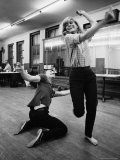 "Actress Melina Mercouri Practicing a Dance Number for the Play ""Illya Darling"" Premium fototryk af Henry Groskinsky"