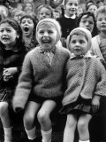 Children Watching Story of St. George and the Dragon at the Puppet Theater in the Tuileries Impressão fotográfica por Alfred Eisenstaedt