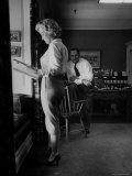"Actress Marilyn Monroe Looking over Script for Clifford Odets Movie ""Clash by Night"" Lámina fotográfica prémium por Bob Landry"