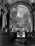 Pvt. Paul Oglesby, 30th Infantry, Standing in Reverence Before Altar in Damaged Catholic Church Lámina fotográfica por  Benson
