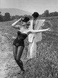 "Actress and Dancer Julie Newmar Warming Up for Her Devil's Role in the Musical ""Damn Yankees"" Premium fotografisk trykk av Nina Leen"