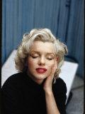 Portrait of Marilyn Monroe on Patio Outside of Her Home プレミアム写真プリント : アルフレッド・アイゼンスタット