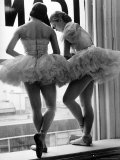 Ballerina's op vensterbank in oefenruimte van George Balanchine's School of American Ballet Fotoprint van Alfred Eisenstaedt