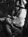 Helicopter Chief James C. Farley Working Jammed Machine as Pilot Lt. James Magel Dying Beside Him Reproduction photographique par Larry Burrows
