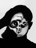 Photographer Dennis Stock Holding Camera to His Face Premium fototryk af Andreas Feininger