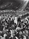 Elizabeth Taylor with Husband Eddie Fisher Accept Her Oscar Award During Academy Awards Ceremony Impressão fotográfica premium por Ralph Crane