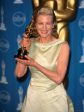 Kim Basinger Holding Her Oscar in Press Room at Academy Awards Lámina fotográfica prémium por Mirek Towski