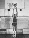 "Overbrook Highschool Basketball Team, Wilt ""The Stilt"" Chamberlain Touch Basket at Regular Standing Premium-Fotodruck von Grey Villet"