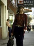Jane Fonda Carrying a Louis Vuitton Bag as She Walks Down the Street Impressão fotográfica premium por Bill Ray