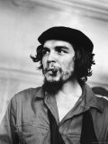 "Cuban Rebel Ernesto ""Che"" Guevara with Lit Cigar Clenched Between Teeth and Left Arm in a Sling Stampa fotografica Premium di Scherschel, Joe"