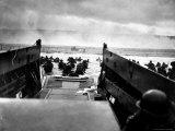 Small Landing Craft with American Soldiers Wading Ashore under Heavy German Fire Fotografisk trykk av Robert F. Sargent