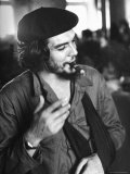 "Cuban Rebel Ernesto ""Che"" Guevara, Left Arm in a Sling, Talking with Unseen Person Exklusivt fotoprint av Joe Scherschel"