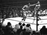 Joe Frazier Vs. Mohammed Ali at Madison Square Garden Reproduction photographique Premium par John Shearer