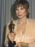Shirley MacLaine Holding Her Oscar in Press Room at Academy Awards Premium fototryk af John Paschal