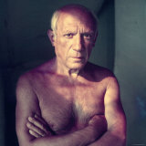 Portrait of Artist Pablo Picasso, Arms Folded Across Bare Chest, at His Home, Alone Reproduction photographique Premium par Gjon Mili