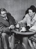 Philosopher Writer Jean Paul Sartre and Simone de Beauvoir Taking Tea Together Premium fototryk af David Scherman