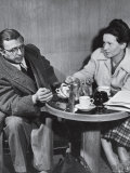 Philosopher Writer Jean Paul Sartre and Simone de Beauvoir Taking Tea Together Impressão fotográfica premium por David Scherman