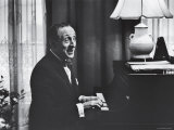 Very Good Portrait of Pianist Vladimir Horowitz Seated at the Piano at His Home in New York Lámina fotográfica prémium por Gjon Mili