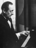Pianist Vladimir Horowitz Playing the Piano at His Home in New York Impressão fotográfica premium por Gjon Mili