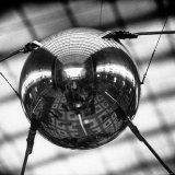 Model of Russian Satellite Sputnik I on Display at the Soviet Pavilion During the 1958 World's Fair Fotografisk trykk av Michael Rougier