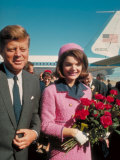 President John F. Kennedy Standing with Wife Jackie After Their Arrival at the Airport Fotografisk trykk av Art Rickerby