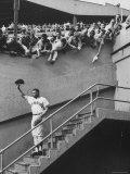 Fans Welcoming Giants Star Willie Mays at Polo Grounds Premium fotografisk trykk av Art Rickerby