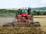 4 Wheel Drive Tractor Pulling a Disc Harrow, Cotswolds, England Fotografisk tryk af Martin Page