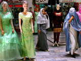 Two Afghan Woman Walk Next to Mannequins at a Women's Gallery Downtown Kabul Stampa fotografica