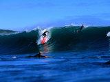 Surfers in Manu Bay, New Zealand Lámina fotográfica por Paul Kennedy