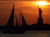 The Sun Sets Behind the Statue of Liberty on the Longest Day of the Year Reproduction photographique