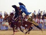 Tunisian Bedouins Demonstrate Their Riding Skills During the 36th Sahara Festival of Douz Lámina fotográfica
