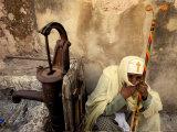 An Ethiopian Orthodox Christian Woman Pilgrim Rests Lámina fotográfica