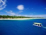 Boat in Lagoon, Plantation Island Resort, Fiji Fotografisk tryk af Peter Hendrie