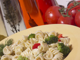 Bowl of Pasta with Herb Garnish and Tomatoes Fotografisk tryk