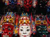 Souvenir Masks for Sale at Yonghe Gong (Lama Temple), Beijing, China Fotografie-Druck von Damien Simonis