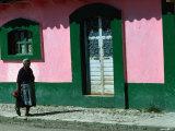 Elderly Woman Walking Past Pink and Green Building, Chiapas, Mexico Reproducción de lámina sobre lienzo por Eric Wheater