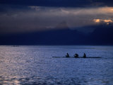 Vaa (Outrigger Canoe) Travelling, French Polynesia Fotografisk tryk af Peter Hendrie