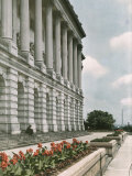 A Flower-Bordered Terrace of the Capitol Building Fotografisk trykk av Charles Martin