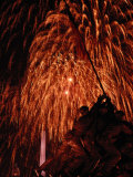 Fourth of July Fireworks Illuminate the Sky Behind the Iwo Jima Monument Stampa fotografica di Medford Taylor