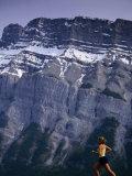 Woman Running in Front of Mountain, Banff, Canada Lámina fotográfica por Woods Wheatcroft