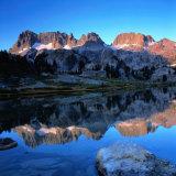 Sierra Nevada Mountains Reflected in Still Lake Waters, Ansel Adams Wilderness Area, USA Fotografisk trykk av Wes Walker