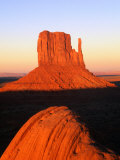 The East Mitten Butte, Monument Valley Navajo Tribal Park, USA Fotografisk tryk af Mark Newman